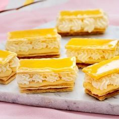 En äkta gräddbakelse av Napoleon-typ som du bakar själv, med tre bottnar av smördeg, lager av härlig citronkräm, aprikosmarmelad och vispad grädde, och högst upp ett kycklinggult glasyrlock. Gör sig utmärkt på påskbordet.