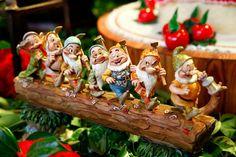 Graziella Beltrão sempre faz decorações de cair o queixo! E a festinha de 1 ano da sua filha não poderia ser diferente! O universo da Branca de Neve foi re