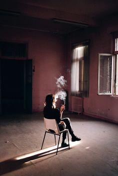 Habitación amplia y de iluminación contrastada para la sesión con los aparatos y el humo