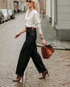 Love this dark wash high waisted denim paired with heels and simple white top for a cool minimal street style outfit idea Inspired Outfits, Chic Outfits, Fashion Outfits, Womens Fashion, Fashion Tips, Pinterest Mode, Fashion Business, Looks Street Style, European Street Style