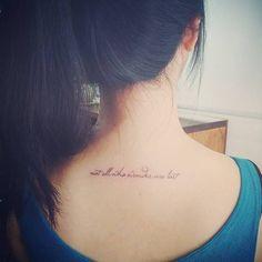 """Tatuaje que dice """"Not all who wander are lost"""" (""""no todos los que vagan están perdidos""""). Artista tatuador: Doy"""