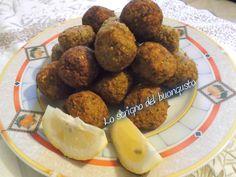 I falafel arabi sono una pietanza mediorientale costituita da polpette fritte e speziate a base di legumi tritati. Provate la loro bontà' !
