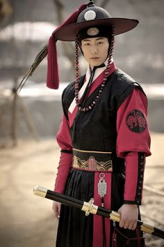 "What a boss. I need to watch more Korean martial arts movies to see this stuff in action. ""song jae rim the moon that embraces the sun"" Korean Hanbok, Korean Dress, Korean Outfits, Korean Clothes, Korean Traditional Dress, Traditional Dresses, Korean Men, Korean Actors, Korean Martial Arts"