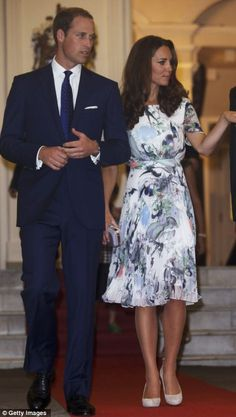 Kate Middleton looks in Singapore Prince William and Kate Middleton at the British Gala Reception, inside the Eden Hall. For this occasion, the English chose a print dress Erdem. Estilo Kate Middleton, Kate Middleton Photos, Kate Middleton Style, Prince William And Catherine, Prince William And Kate, Pantyhosed Legs, Princesa Kate Middleton, Princesa Real, Prince And Princess