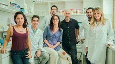 Hallaron una clave del origen del Alzheimer y otras enfermedades neurodegenerativas  Los doctores Tomás Falzone, Elena Avale (centro) y equipo. Foto: Gentileza Conicet