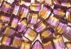 AMETRINA  es una combinación entre la amatista y el citrino, de color púrpura y amarillo, de cristal transparente, suele ser pequeña y redondeada