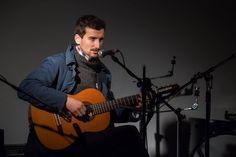 El cantante Diego Lorenzini en el Encuentro Cosmicómico en MAC Quinta Normal. Mayo de 2016.