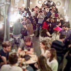 Que gusto ver que #pez36 se nos pone así de gente!! Esta noche más! Os esperamos a todos en #Malasaña !!! #callepez #bocadillodejamon #champagne #madrid #foodie #foodporn by bocadillodejamonychampan