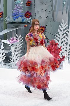 Chanels Haute Couture Spring/Summer 15 Lagerfeld - absurd, extravagant, herrlich, fantastisch. Ganzer Bericht und komplette Show im Video: http://www.gf-luxury.com/chanel-lagerfeld-haute-couture-spring-fruehling-summer-sommer-2015.html