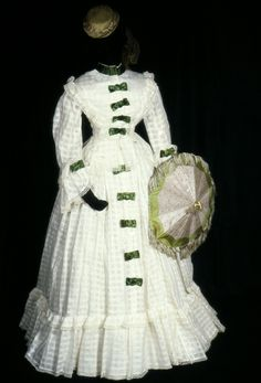 White cotton muslin figured with checks, trimmed emerald green satin ribbon and white torchon lace. 1870s Fashion, Victorian Fashion, Vintage Fashion, Victorian Era, Vestidos Vintage, Vintage Gowns, Vintage Outfits, 1800s Dresses, Old Dresses