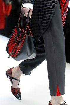 The complete Giorgio Armani Fall 2017 Ready-to-Wear fashion show now on Vogue Runway. Fashion Pants, Fashion Show, Fashion Outfits, Womens Fashion, Dope Fashion, Runway Fashion, Fall Fashion, Vogue, Fashion Details