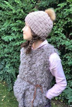 Comprar online Gorro hecho a mano para chica de lana en beige con pompón  piel 5a2b31709ae