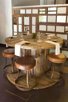 Mesa hecha con bobina de cable reciclada