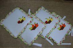 Novas peças neste kit de cozinha com aplicações bordadas de fruteira como o kit de cozinha (84).    Nele foram feitos: 4 almofadinhas (42x 42) cm, toalha/puxador geladeira duplex, toalha/puxador tampa forno, capa galão de água, capa cafeteira, toalha de mesa, 2 toalhinhas pequenas (25 x 25)cm, 2 toalhas (66x66)cm, pano de prato, protetor pirex, porta assadeira.    O valor total do ki kit fica e aberto por que o valor individual das toalhas dependem do tamanho e da quantidade de bordado ...