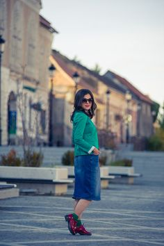 Miss Green: Jeans pencil skirt for a chic fall Warm Outfits, Chic Outfits, Miss Green, Jean Pencil Skirt, Fall Weather, Midi Skirt, Green Jeans, Skirts, How To Wear