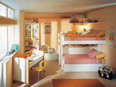 Adorei as prateleiras no alto para acomodar coisas, que devem estar visíveis. Quarto pequeno para duas crianças: como decorar e ganhar espaço - Dicas - Casa GNT