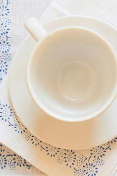 Wer einen schönen Tisch hat, der braucht für eine stimmungsvolle Tafel nicht immer ein großes Tischtuch. Auch hübsche Tischsets schmücken den Essplatz. Eine gute Wahl sind die Unikate von Johanna Henkenjohann. Ihre Platzsets sind aus altem Bauernleinen, veredelt mit handgearbeitetem Blaudruck. Die Sets sind bei 60 bis 90 Grad Celsius im Schonwaschgang waschbar. Da sie aus altem Bauernleinen gearbeitet sind, können die Sets in Farbe und Struktur leicht variieren. Tea Cups, Tableware, Kitchen, Egg Cups, Linen Fabric, Handmade, Dinnerware, Cooking, Cucina