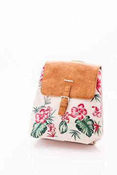 Beige alapon, varrott virágmintával díszítettDesigual hátizsák.