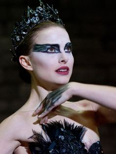 """Black Swan Natalie Portman, Mila Kunis Director: Darren Aronofsky - Dark and disturbing journey into the madness of a ballet dancer losing herself in the role of the Black Swan. Nina: """"I felt it. I was perfect. Natalie Portman, Black Swan Makeup, Halloween Make Up, Halloween Face Makeup, Halloween Ideas, Halloween Costumes, Halloween Party, Jane Foster, Scary Movies To Watch"""