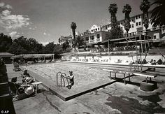 Golden age sun: The pool at The Beverly Hills Hotel in 1938 Beverly Hills Hotel, The Beverly, Hollywood Homes, Fade To Black, Vintage Hollywood, Paris Skyline, Dolores Park, California, Tours