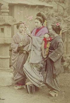 Shoes and Kimono: Geisha Japanese History, Japanese Culture, Kimono Chino, Vintage Photographs, Vintage Photos, Japanese Outfits, Japanese Clothing, Ichimatsu, Old Paintings