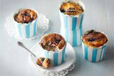 Mustikkamuffinit ✦ Maustettu rahka pehmentää ja mehevöittää herkullisia mustikkamuffineja. http://www.valio.fi/reseptit/mustikkamuffinit-1/