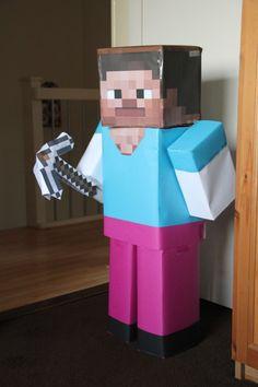 Leuke surprise van Steve van Minecraft. Gemaakt van oude dozen en gekleurd papier!