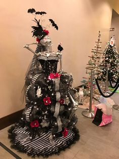 black christmas tree Gothic Skeleton Wearing A Corset Christmas Tree Halloween Christmas Tree, Christmas Tree Dress, Black Christmas Trees, Merry Christmas, Fall Halloween, Halloween Crafts, Christmas Morning, Halloween Party, Classy Halloween