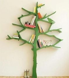 Join design and functionality is a straight trick for decorating small spaces. This tree-shaped shelf keeps books and toys organized and gives the room of children a playful air.