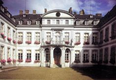 Le Palais provincial est l'ancienne demeure des évêques de Namur de 1732 à la Révolution française. Depuis 1830 il est le siège des institutions provinciales. Cet imposant palais classique est un des plus beaux édifices de Wallonie tant par son architecture que par sa décoration intérieure. Ce bâtiment est le plus important du 18e siècle à Namur non seulement en raison de ses dimensions mais aussi de ses qualités architecturales.