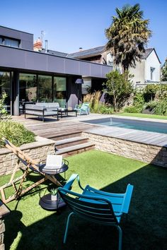 Piscine citadine semi-enterrée In order to manage the slope of the land, the pool was installed semi Backyard Pool Designs, Small Backyard Pools, Swimming Pools Backyard, Swimming Pool Designs, Pool Landscaping, Underground House Plans, Underground Homes, Pool City, In Ground Pools