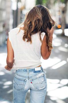 12 Le Fashion Blog Shots That Prove Levis Make Your Butt Look Amazing Good White Tee Light Wash Jeans Via La La Mer