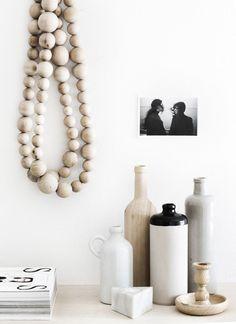 Idée déco : le collier de perles en bois   THE STYLE FILES