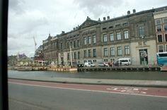 2014 Rokin Het gedeelte van de Amstel tussen het Spui en de Dam werd in de jaren dertig in twee etappes (1933 en 1936) gedempt. In het overgebleven deel van het water meren tegenwoordig rondvaartboten aan. #Amsterdam #Rokin #gracht #rondvaart