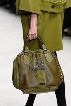 Burberry Prorsum Fall 2011 Ready-to-Wear Collection - Vogue Burberry Prorsum Fall 2011 Ready-to-Wear Collection - Vogue Burberry Purse, Burberry Handbags, Burberry Sale, Burberry Prorsum, Zapatillas Louis Vuitton, Leather Backpack, Leather Bag, Sacs Design, Bags Online Shopping
