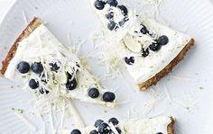 Hvid chokoladekage med lime og blåbær   Bobedre.dk
