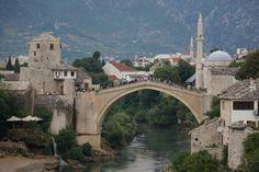 """Stari Most, Mostar  Blick auf Mostars Wahrzeichen """"Stari most"""", die sich über die Neretva spannt. - Bosnien & Herzegovina - Bosnia and Herzegovina"""