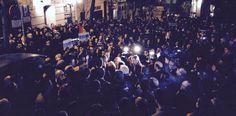 Los asistentes a la protesta contra el ataque a Charlie Hebdo, ante la embajada francesa en Madrid. Mario Pais