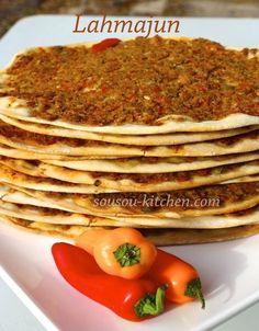 Pizza Turc,lahmajun, avec une pâte très fine farcie de viande hachée et de légumes finement découpés ( poivrons, tomates) ,paprika...