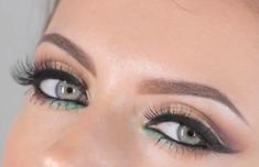 Check out this gorgeous sparkly cut crease tutorial by Maya Mia. I love the green accent! Black Eyeliner, Gel Eyeliner, Pencil Eyeliner, Glitter Eyeshadow, Kiss Makeup, Beauty Makeup, Face Beauty, Eyes, Beauty