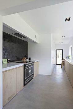 Best Kitchen Flooring Ideas - Discover modern kitchen flooring ideas, from ceramic tile to hardwood to stone, tile pattern, slate - Slate Flooring, Kitchen Flooring, Flooring Ideas, Kitchen Tiles, Vinyl Window Trim, Concrete Kitchen, Cuisines Design, Modern Kitchen Design, Beautiful Kitchens