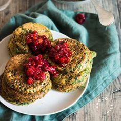 Kikhernejauhoista tehdyt pinaattiletut eivät häviä maussa tavallisille. Täydellistä arkiruokaa! Jos minun pitäisi valita yksi raaka-aine, jota ilman arjesta selviytyminen olisi aika vaikeaa, sanoisin… Healthy Meats, Yams, Daily Bread, Vegan Baking, Salmon Burgers, A Food, Food Photography, Vegan Recipes, Veggies