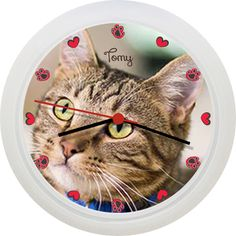 Personalizeaza acest ceas cu imaginea pisicii sau a pisicilor. In locul orelor sunt inimioare si labute de pisica. Optional, poti adauga si numele pisicutei.