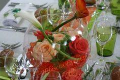 Centre de table avec vase boule, bille d'eau et fleurs de saison