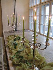 Vihreät kynttilät ikkunalla