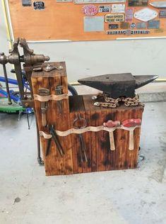 Blacksmith Workshop, Blacksmith Forge, Blacksmith Projects, Forging Tools, Blacksmithing Knives, Metal Working Tools, Old Tools, Metal Art Projects, Welding Projects