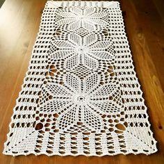 Beautiful Table Runner - Her Crochet Crochet Leaf Patterns, Crochet Doily Diagram, Filet Crochet, Crochet Motif, Crochet Doilies, Crochet Stitches, Diy Crochet Tablecloth, Crochet Table Mat, Crochet Table Runner Pattern