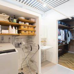 ファミリークロークにつながる洗面洗濯室 Bathroom Inspiration, Interior Inspiration, Laundry Room Design, Washroom, Walk In Closet, Sweet Home, Bedroom Decor, New Homes, Home Appliances