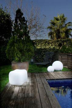 Une jolie boule lumineuse idéale pour vos longues soirées d'été. Lumière douce et sensuelle assurée avec cette lampe originale.