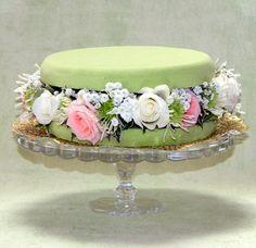 """""""Macaron parfum fleurs."""" J' ai adoré faire cette composition, elle est originale et très facile à réaliser Je la referai pour l' expo. Un beau plat à gâteau ou un compotier pas trop creux fera une jolie présentation. On a besoin d' un disque de mousse..."""